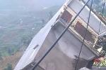 Nhà 3 tầng đổ ngang, nằm chỏng chơ do sạt lở núi ở Sa Pa