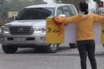 Người Hàn Quốc cầm biển chặn dòng xe lao trên vỉa hè: Tước bằng lái 2 tài xế ô tô
