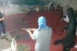 Video: Toán cướp cầm súng bị chủ nhà dùng mã tấu truy đuổi