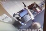 Nhân viên cửa hàng nã súng xối xả, cướp lao xuyên cửa kính chạy trối chết