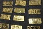 Cận cảnh két chứa tiền tấn, vàng miếng la liệt dưới giường