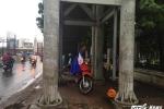 Trăm kiểu tránh mưa của người Hà Nội trong đợt không khí lạnh đầu tiên