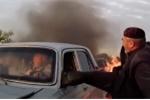 Cụ ông bất chấp nguy hiểm, đá tung cửa kính cứu người trong xe bị cầu lửa bao trùm