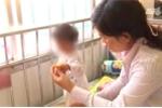 Clip: Bé gái Gia Lai mắc hội chứng 'người chim'