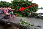 Video: Cố vượt sông khi cầu sắp sập, 2 mẹ con bị lũ dữ cuốn trôi