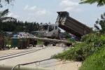 Xe ben chạy vào đường cấm, hàng loạt cột điện bị kéo ngã