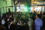 Biết tin nghệ sĩ đến hát vĩnh biệt Minh Thuận, người dân hiếu kỳ chen lấn phản cảm