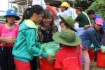 Bà Võ Hạnh Phúc, con gái của Đại tướng Võ Nguyên Giáp tặng quà và động viên người dân thôn Vinh Quang, xã Sơn Thủy (Lệ Thủy, Quảng Bình) vượt qua khó khăn.