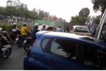 Rào chắn sụt lún chiếm quá nửa lòng đường, dân khốn khổ vì kẹt xe
