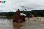 Giải cứu thành công 6 công nhân bị kẹt giữa sông do mưa lớn