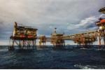 Từ thu nhập ngàn đô, người dầu khí bị cắt thưởng, giảm lương 50%