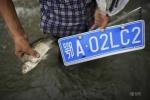 Lạ lùng nghề vớt biển số xe mùa mưa lũ tại Trung Quốc
