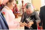 Đám cưới cháu, bà ngoại 'không có gì tặng, ngoài 10 cây vàng' gây bão mạng xã hội