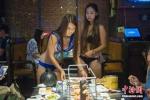 Tuyển mỹ nữ diện bikini phục vụ khách, nhà hàng bị yêu cầu đóng cửa