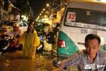 Xe hơi, xe máy chết máy la liệt trong đêm mưa lịch sử ở Sài Gòn