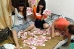 Nữ sinh Trung Quốc khoe ảnh đốt tiền phản cảm