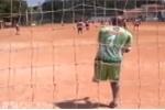 Clip: Thủ môn một chân bắt bóng đại tài