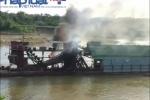 Dân bức xúc đốt tàu cuốc khai thác cát sỏi gây sạt lở trên sông Gâm
