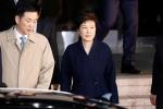 Bà Park Geun-Hye về nhà sau cuộc thẩm vấn kéo dài 22 tiếng