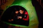 Sốt vé trận Việt Nam-Indonesia: Người dân dựng lều, trắng đêm xếp hàng chờ mua vé