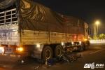 Tông trúng cục bê tông, người đàn ông chết thảm dưới gầm xe tải