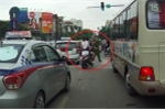 Đôi nam nữ không đội mũ bảo hiểm vẫn luồn lách bị cảnh sát cầm dùi cui vụt