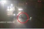 Clip: Xe máy cố tình vượt đèn đỏ, bị ôtô tông văng xa