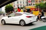 Hoảng hồn nhìn 2 bé gái ngồi trên nóc ô tô Mazda trên phố Hà Nội