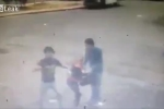 Đang cướp người đi đường, vô tình đánh chết đồng bọn