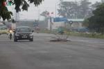 Ảnh: Hàng loạt hố ga 'há miệng' trên con đường mới thông xe ở Hà Nội