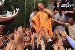Hàng ngàn người tranh cướp lộc ở lễ khai hội Chùa Hương 2017