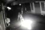Video: 3 thanh niên phóng hỏa, đốt quán ốc giữa khuya ở Sài Gòn