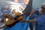 Kỳ diệu: Bệnh nhân vẫn vô tư đàn hát khi đang phẫu thuật u não