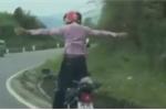 Hãi hùng cảnh quái xế buông tay lái, đứng trên xe máy đổ dốc, ôm cua