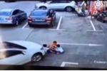 Mải dùng điện thoại, nữ tài xế lái xe cán qua 3 đứa trẻ