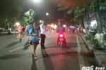 Bán hàng rong, xe máy vẫn hoành hành trên phố đi bộ Hồ Gươm