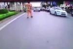 Cảnh sát giao thông có quyền đạp ngã xe người vi phạm không?