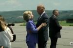 Bà Hillary Clinton 'nhắc khéo' khi bị Phó tổng thống Joe Biden ôm mãi không rời