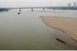 Tàu chở 300 tấn cát chìm trên sông Hồng, 4 người thoát chết