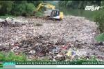 Máy xúc gạt hàng tấn rác xuống suối ở Hà Giang: Lãnh đạo xã xin gỡ clip