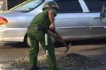 Cảnh sát trật tự mua đá dăm lấp ổ gà tránh tai nạn cho dân