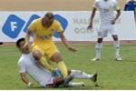Vào bóng nguy hiểm với cầu thủ đội Công Vinh, Quốc Phương bị đình chỉ thi đấu