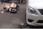 Video: Taxi nổ lốp đâm hàng loạt xe máy trước cổng bệnh viện, nhiều người bị thương