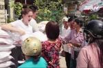 Clip: Ngọc Trinh phát 14 tấn gạo để giải hạn sao Kế Đô