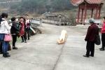 Video: Lợn quỳ gối trước cổng chùa cầu cứu