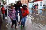 Nữ phóng viên bị chỉ trích dữ dội vì để người dân bế qua nước ngập