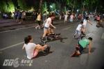 Video, ảnh: Muôn kiểu thưởng thức phố đi bộ quanh Hồ Gươm của người Hà Nội