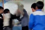 3 thanh niên côn đồ xông vào trường đánh thầy giáo Ngữ văn