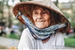 Cô gái mặc áo mưa cho cụ bà đi đường: Mẹ già 'gần đất xa trời' nhọc nhằn nuôi con mắc bệnh down