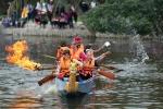 Kỳ thú màn té nước dập lửa trên sông của 'những người đàn bà không phổi'